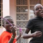 Karamojong kinderen naar huis en naar school